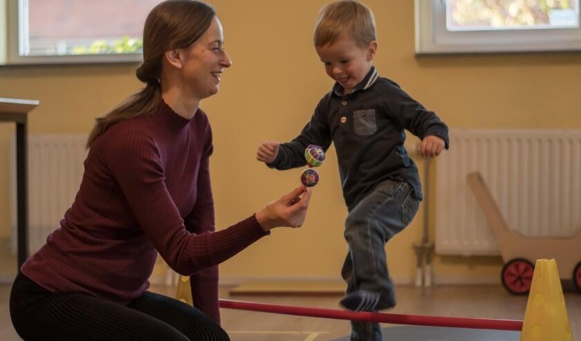 <p>Het spelenderwijs stimuleren van het evenwicht bij een tweejarige. Foto: Brenda van Vliet</p>