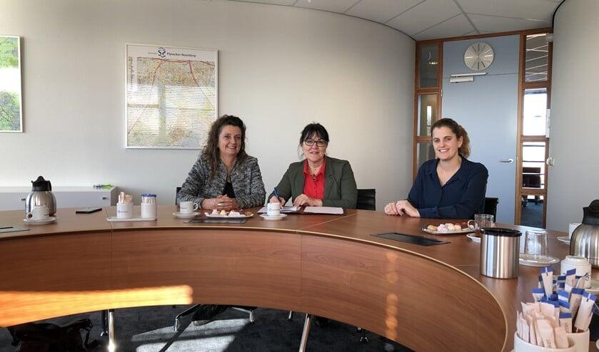 Bianca van Zon van Rondom Wonen, wethouder Hanneke van de Gevel en Nathalie Trijsburg van Dunea ondertekenen het convenant Vroeg Eropaf.
