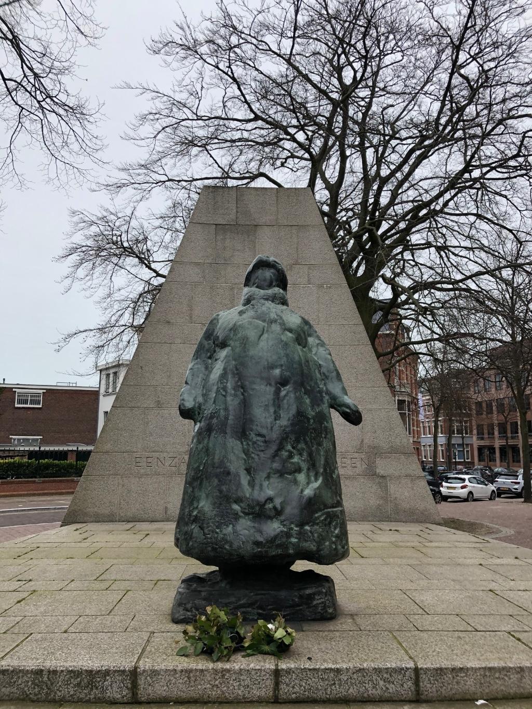 Standbeeld van Koningin Wilhelmina tegenover Paleis Noordeinde. Foto: Gaby Ammerlaan  © Telstar Uitgeverij B.V