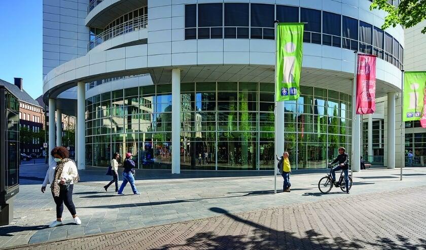 <p>Vanaf zaterdag 26 september gaat per stadsdeel één bibliotheekvestiging wekelijks een uur eerder open, voor mensen uit de kwetsbare groepen. De Centrale Bibliotheek aan het Spui (foto) hanteert geen venstertijden. Foto: Gemeente Den Haag</p>