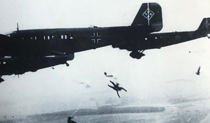 Duitse Junkers Ju-52 transportvliegtuigen droppen hun parachutisten (Fallschirmjäger). Foto: voorzijde boek 'De slag om de Residentie 1940'