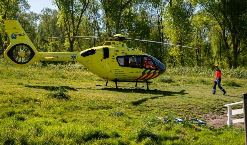 De traumahelikopte landde op een veldje in de buurt. Foto: Bernard Boon