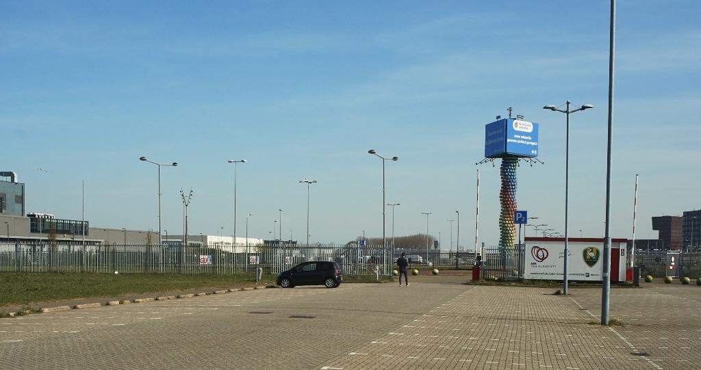 Het terrein naast het parkeerterrein van het Cars Jeans Stadion in Forepark waar het dorp komt. Foto: Jasper Zwartjes  © Telstar Uitgeverij B.V