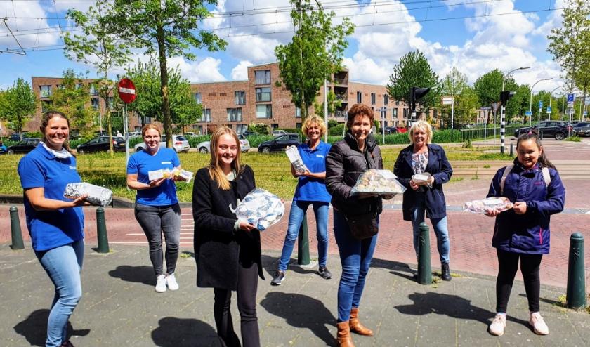 Kaarten en heerlijke baksels voor Buurtzorg Ypenburg. Foto: pr
