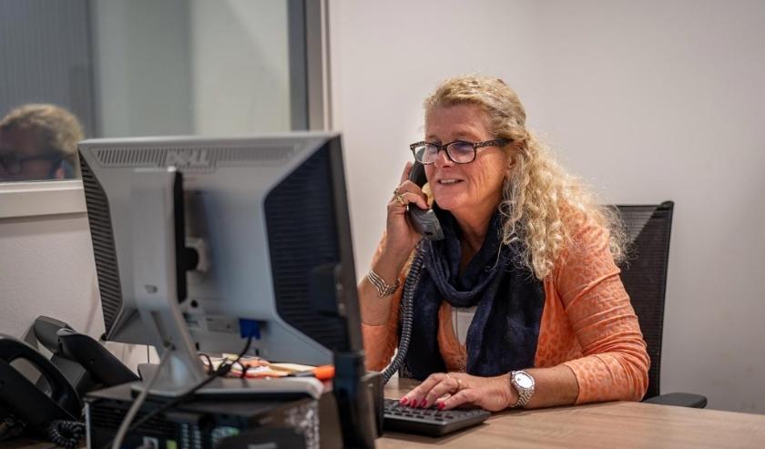 De maatschappelijk werkers voeren (online) gesprekken over eenzaamheid, angst en (controle)verlies maar kunnen ook bemiddelen, relatiegesprekken voeren en praten over hoe de regie op het leven terug te krijgen.