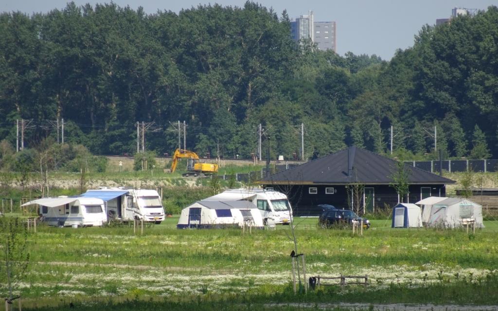 Over een (paar) jaar is de camping door de begroeiing niet meer te zien.  © Telstar Uitgeverij B.V
