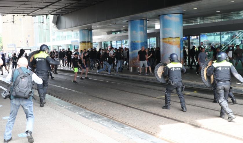 Bij het Centraal Station werden massaal geboden en verboden genegeerd. De ME voerde daar charges uit. Foto: Regio15.nl