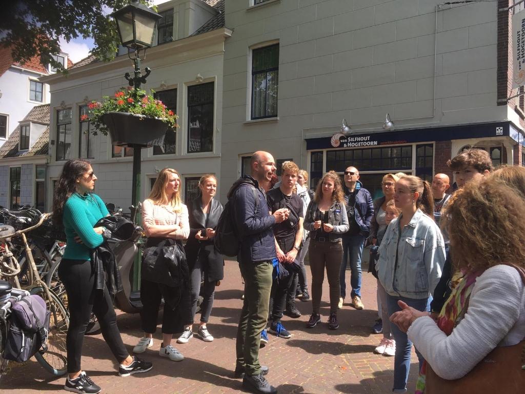Het leuke van Delft is dat op elke straathoek wel iets historisch te vertellen is.  © Telstar Uitgeverij B.V