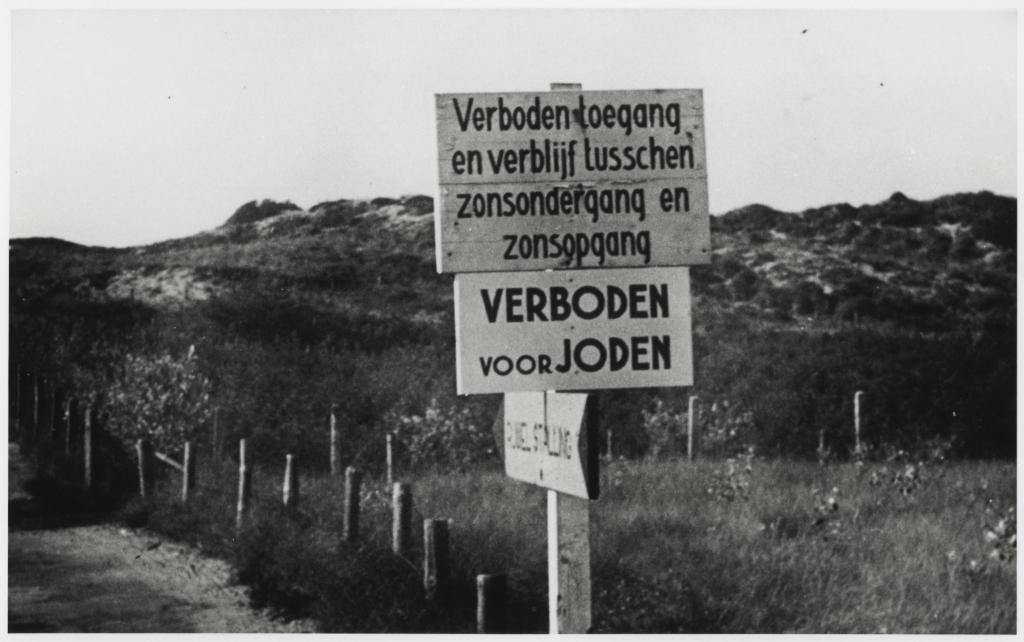 Borden geplaatst tijdens de Duitse bezetting. (Foto: Haags Gemeentearchief)  © Telstar Uitgeverij B.V