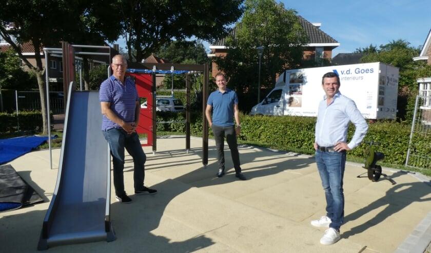 Johan Molenkamp, Sander Werkhoven en Martijn Bentvelzen (v.l.n.r.) zijn trots op het resultaat in de speeltuin aan de Serpentine in Ypenburg. Foto: Dick Muijs