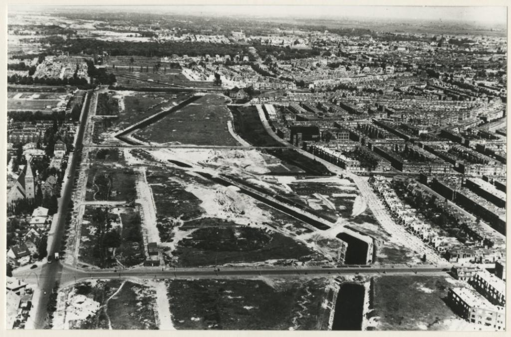 De Atlantikwall dwars door de wijk Segbroek, met wederopbouw, 1946. (Luchtfoto, collectie Dienst Stedelijke Ontwikkeling)  © Telstar Uitgeverij B.V