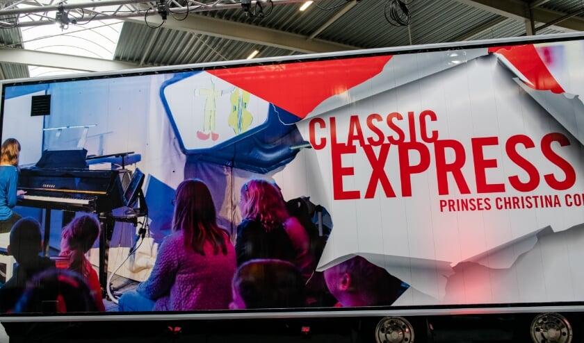 <p>De Classic Express is een trailer die kan uitschuiven tot een concertzaal van 14 meter lang en 7 meter breed. Foto: Maarten Mooijman</p>