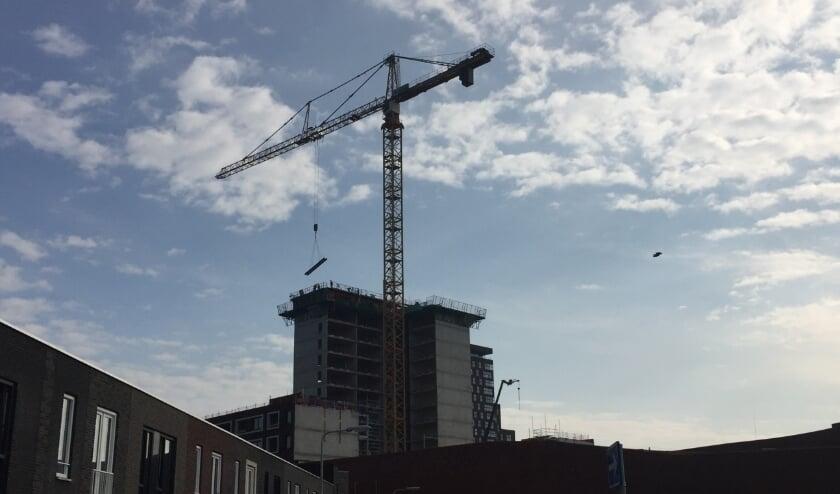 <p>Naar verwachting wordt de nieuwe woontoren in het eerste kwartaal van 2021 opgeleverd. Foto's: Peter Zoetmulder</p>
