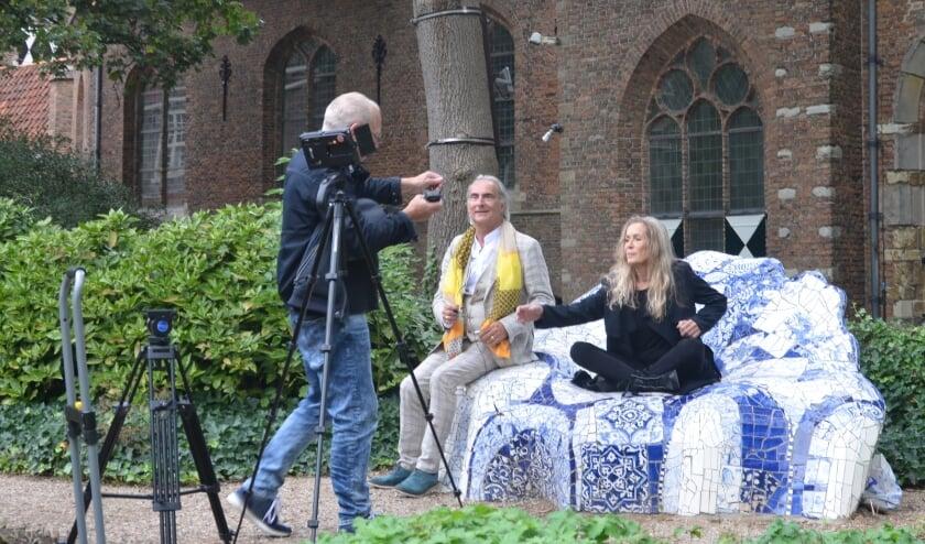Cineast John Meijer geeft aanwijzingen aan Hilde Marchal en Martin Reitsma.