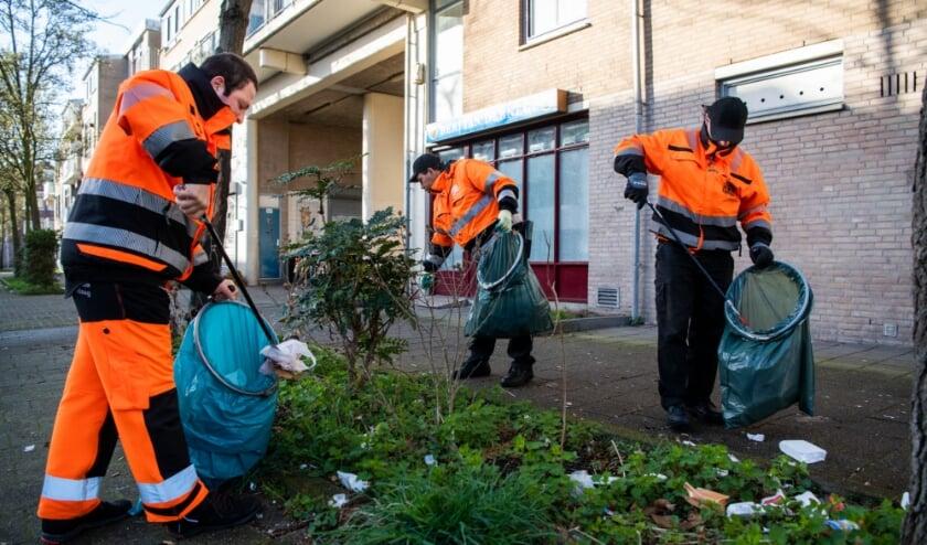 <p>Iedere dag steken honderden medewerkers maar ook buurtbewoners de handen uit de mouwen. Foto: Gemeente Den Haag / Arnaud Roelofsz </p>
