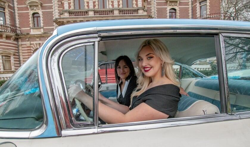 <p>De oude Cadillac van Charles Engels met daarin de Haagse zangeressen Emmaly Brown en Eva van der Zanden. Foto: Ron van Varik</p>