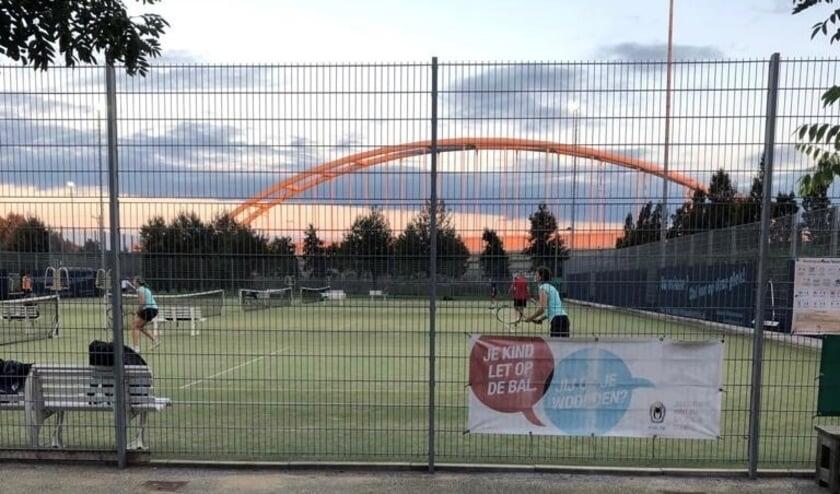 <p>Voetballers en binnensporters ontdekken Tennis bij SV Leidschenveen. Foto: pr</p>