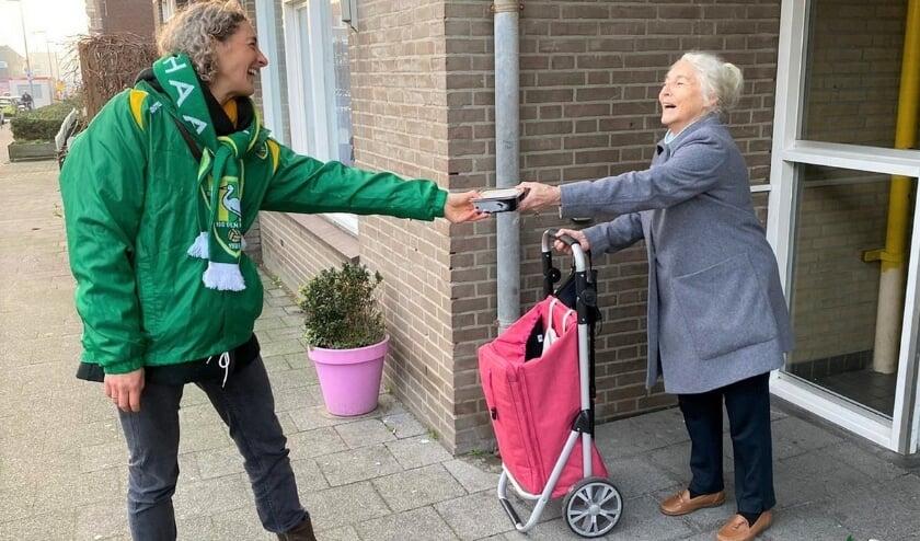 <p>Honderden vrijwilligers stonden met deze soep op de stoep in bijvoorbeeld diverse seniorencomplexen in Den Haag. Foto: ADO in de Maatschappij</p>