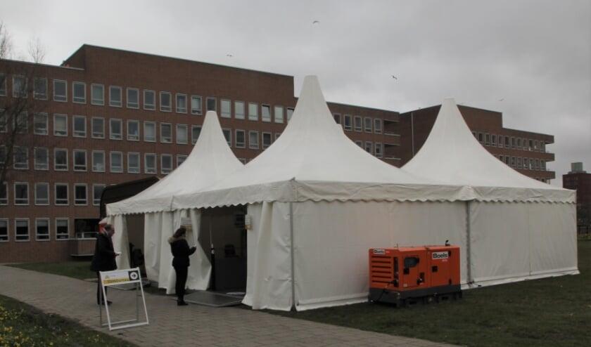 <p>De eerste stemmen, vroeg in de ochtend van woensdag 17 maart uitgebracht aan het B&ouml;ttgerwater op Ypenburg. Foto: Peter Aartsen</p>