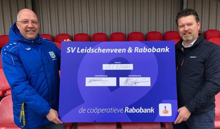 <p>Edwin Eekhof (l.), voorzitter van SV Leidschenveen en Harry Wientjens, directeur Co&ouml;peratieve Rabobank regio Den Haag zijn trots op het voortzetten van de samenwerking. Foto: pr</p>