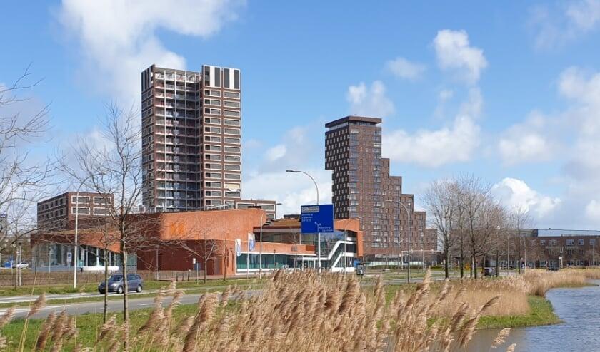 <p>De Hofbadtoren (links) wordt samen met de welbekende Couperus-toren de gezichtsbepalende entree voor Ypenburg. Foto: Karst Overwijk</p>