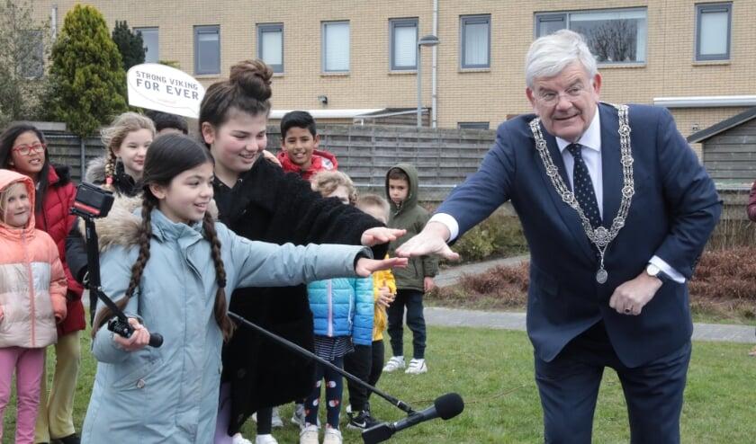 <p>De officiële opening van de speeltuin werd verricht door burgemeester Jan van Zanen met de twee interviewers/vloggers IIayda en Ceyda en op video vastgelegd. Foto: Jan van Es</p>