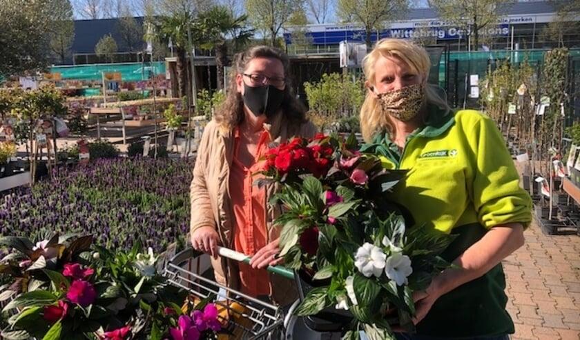 <p>Onder het motto 'We doen wat wél kan', brachten de vrijwilligers 1-op-1 de plantjes bij de gasten. Foto: pr</p>