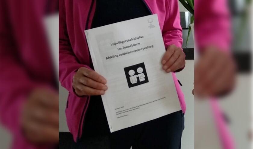 <p>De Zonnebloem Leidschenveen-Ypenburg heeft de zaken rond vrijwilligerswerk goed op orde. Na het behalen van het keurmerk is de papieren versie van het beleidsplan persoonlijk -1 op 1- aan de vrijwilligers uitgereikt. Foto: pr</p>