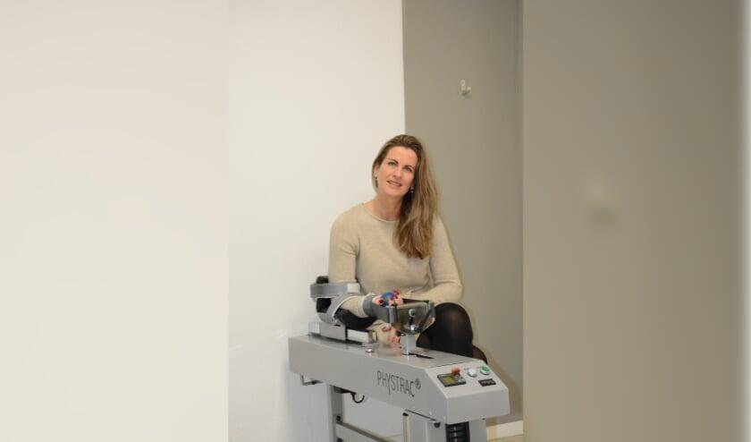 <p>Ingeborg Beuzel bij het Phystrac-apparaat, waarmee al ruim tien jaar uitstekende resultaten worden geboekt. Foto: pr</p>