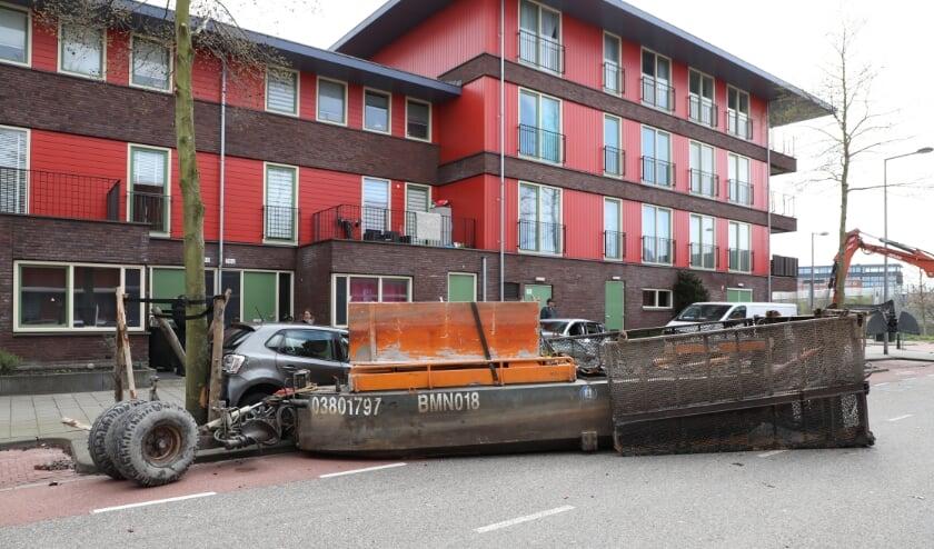 <p>Een aantal auto&#39;s is flink beschadigd door de losgeschoten bak/container. Foto: Regio15.nl / Sebastiaan Barel</p>