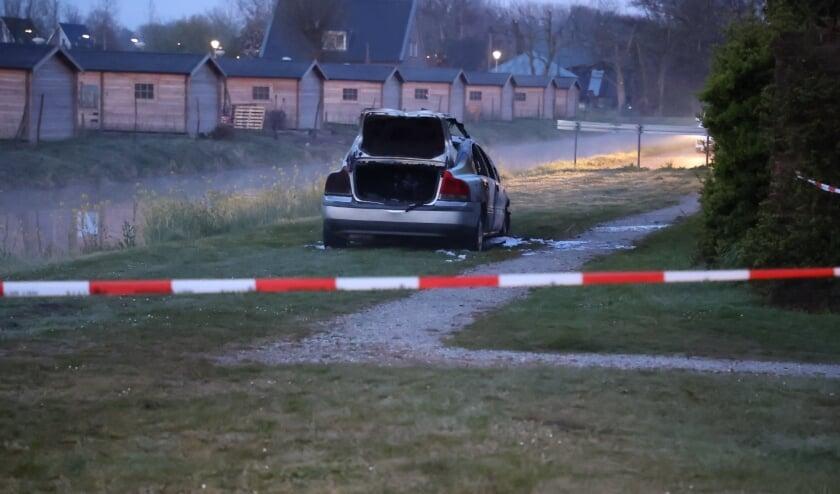 <p>De vluchtauto die is gebruikt bij de beschieting van het afhaal/bezorg-restaurant op Ypenburg was verderop bij de Rijswijkse Waterweg/Brasserskade in brand gestoken. Foto: Regio15.nl</p>