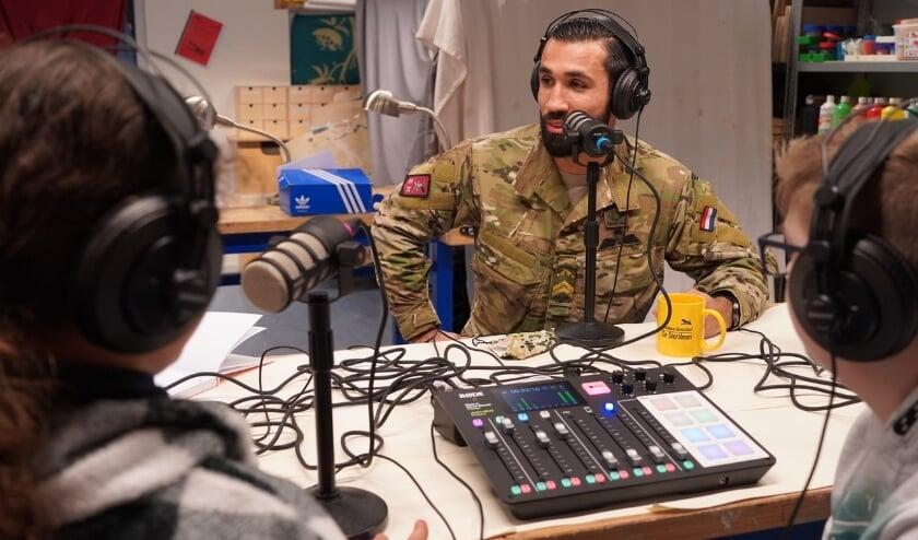<p>In gesprek met grenadier Mert tijdens de opname van een podcast. Foto&#39;s: Astrid Abbing</p>