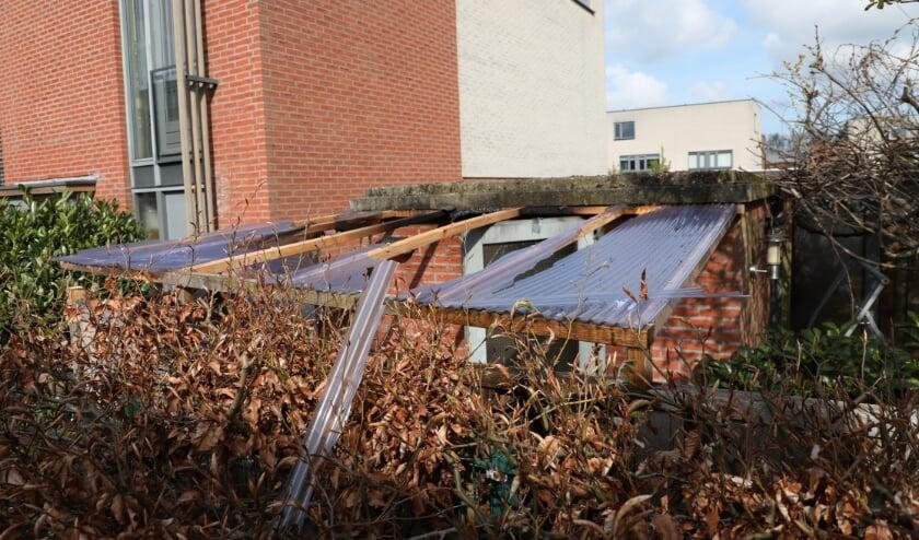 <p>Als gevolg van een incident met een gasfles in een schuurtje in Leidschenveen is de overkapping flink beschadigd en is de bewoner gewond geraakt. Foto: Regio15.nl<br><br></p>