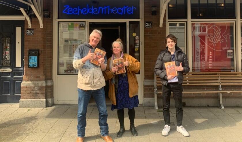 <p>Met de eerste exemplaren van het jubileumboek 'Muziektheater Briza 25 jaar!', voor het Zeeheldentheater aan de Trompstraat 342. Foto: pr</p>