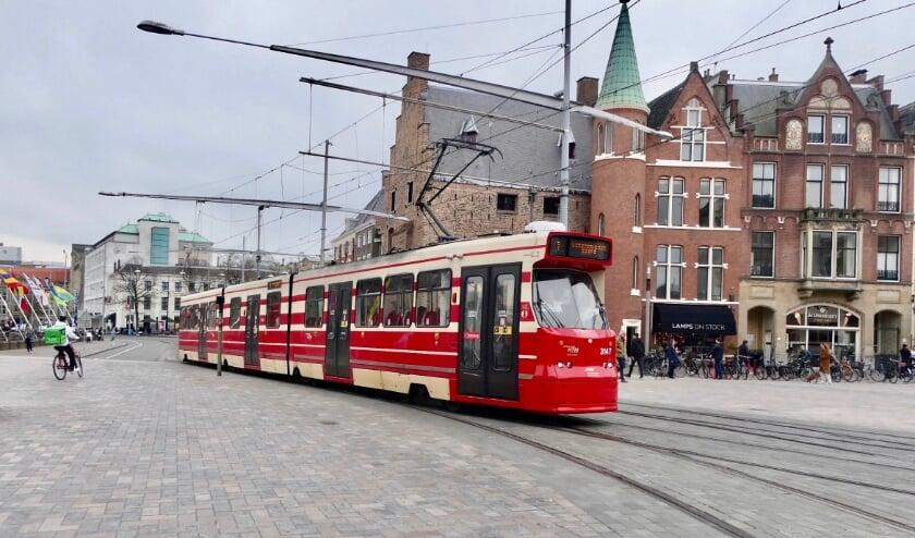 <p>De aanbesteding omvat de aanschaf van 50 trams met een optie voor extra trams. GTL-tramlijn nummer 3147 (uit de tweede serie en dus 30 jaar oud) op de heringerichte Plaats in het centrum van Den Haag. Foto: Jan van Es</p>