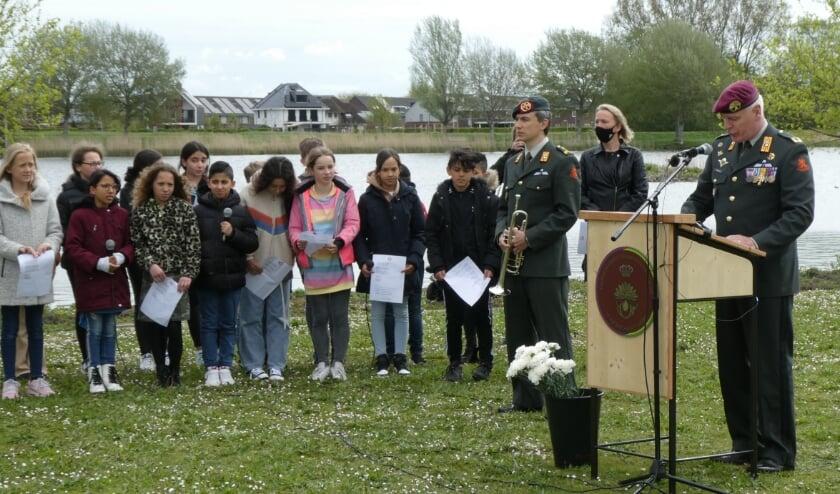"""<p pstyle=""""Platte tekst"""">Op Ypenburg werden op 10 mei de gesneuvelde Nederlandse militairen herdacht. Hier de herdenking aan het Böttgerwater. Tekst en foto's: Dick Muijs</p>"""