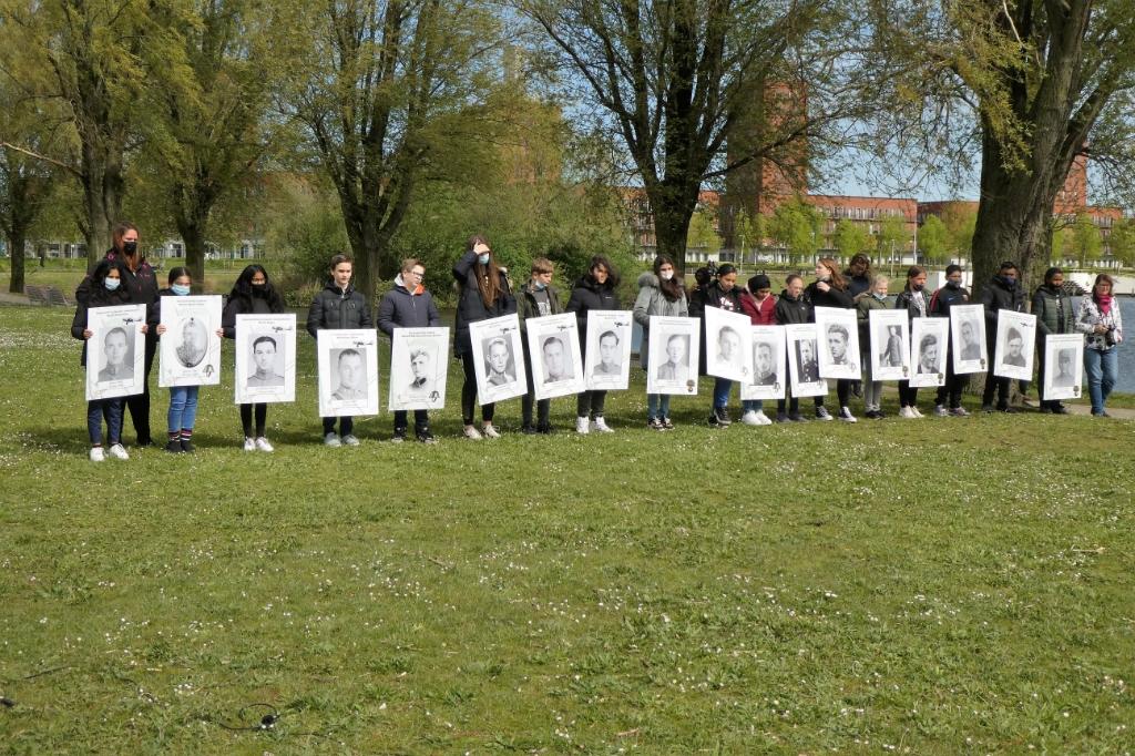 Kinderen van Basisschool OBS Ypenburg met borden met daarop de naam en foto van gesneuvelde militairen. Foto: Dick Muijs © Telstar Uitgeverij B.V