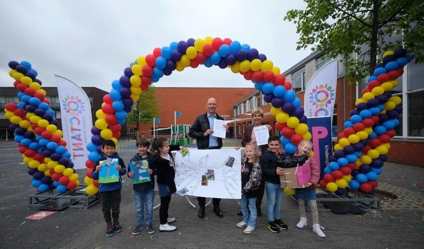 <p>Reinoud de Vries, directeur-bestuurder Octant en Tineke Onink, bestuurder Stichting Rijswijkse Kinderopvang beklinken de samenwerking die tot kindcentrum Fontein heeft geleid. Foto&#39;s: pr</p>