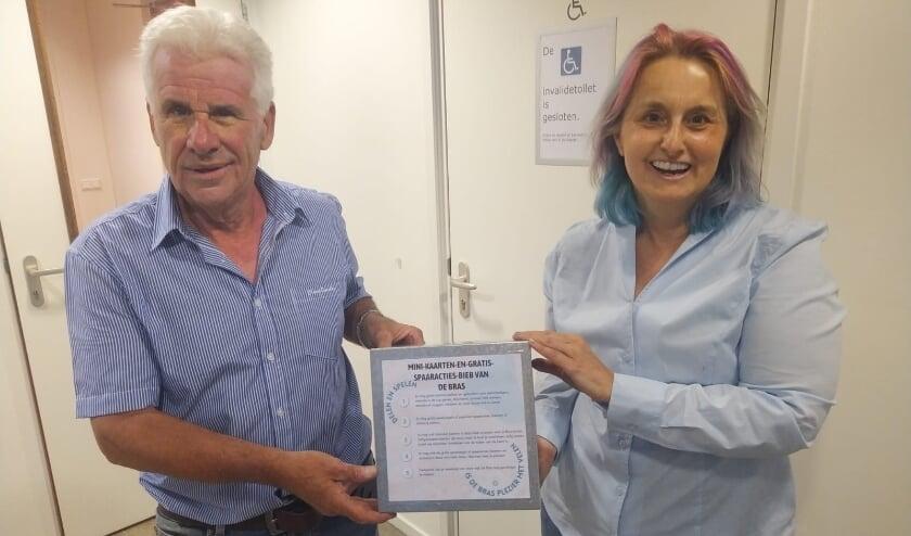 <p>Christine Filip (r.) en beheerder Frans van den Berg die ook altijd graag helpt in De Yp. Foto: Yvonne Wolff</p>