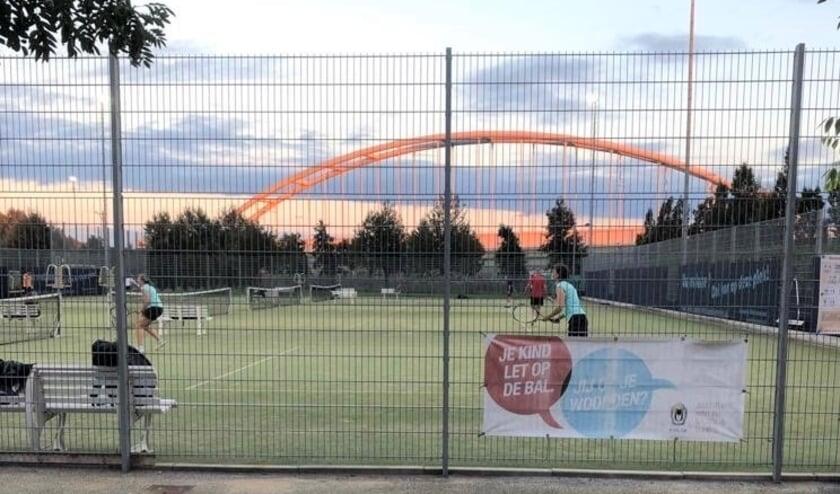 <p>Een lidmaatschap vanaf medio juni tot medio september 2021 om vrij te tennissen wanneer het jou uitkomt. Foto: pr</p>