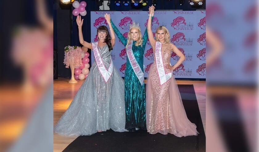 <p>Sharona Mahabier (rechts) uit Den Haag is tijdens de Mrs Netherlands Universe 2021 verkiezing als 2nd runner up gekozen. Foto: Frits van Onzen</p>