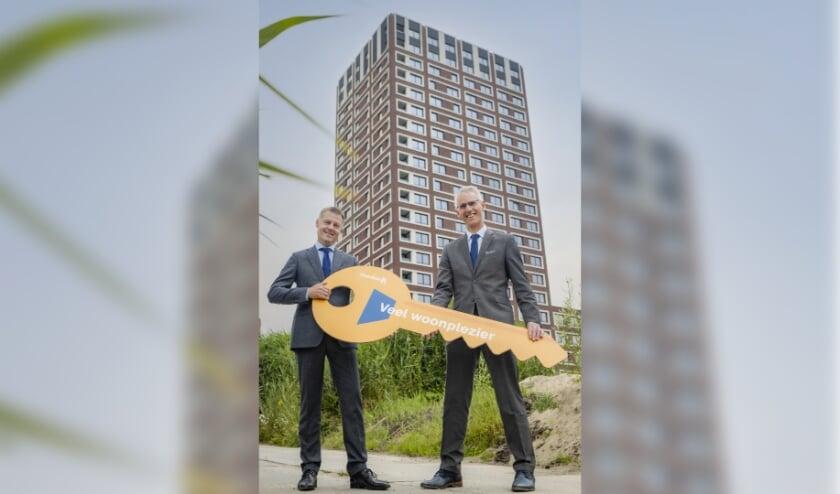 <p>Oplevering Hofbadtoren op Ypenburg: Gijsbert van Herk (Staedion) en Henk Driesen (Loostad). Foto: pr</p>