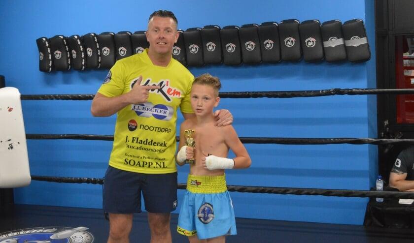 <p>Dave met Jacky in de ring met zijn 1e prijs na afloop van zijn gevecht. Tekst en foto: Ed Nulle</p>