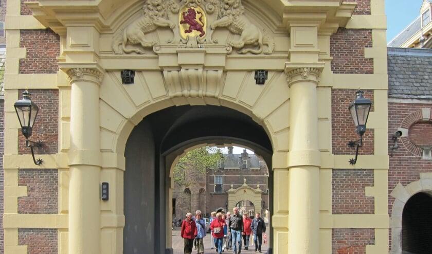 <p>Deelnemers aan een stadswandeling op en rond het Binnenhof. Foto: Gilde Den Haag</p>