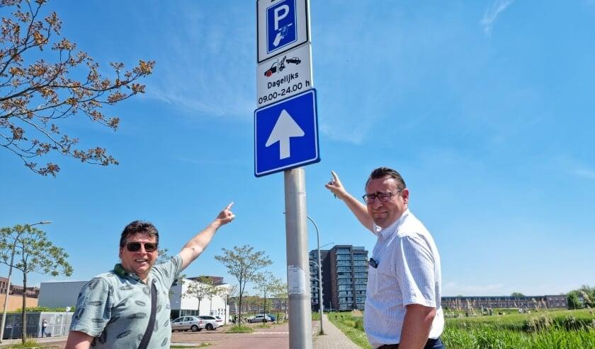 <p>Wijkvertegenwoordiger Bob van Eikeren en Hart voor Den Haag-voorman Richard de Mos. Foto: pr</p>