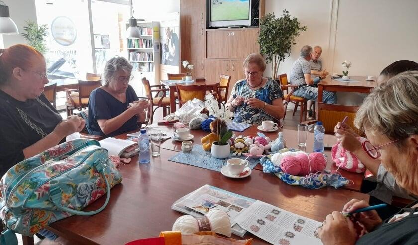 <p>Iedere maandagochtend inloop bij het handwerkgroepje in Leidschenveen. Foto: pr</p>