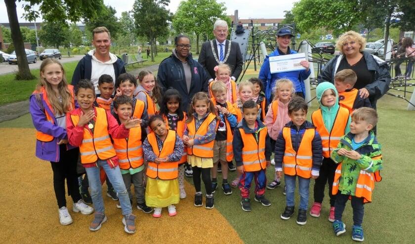 <p>Na de gezamenlijke inspanning bij het instraten van de Gulden Klinker op Ypenburg gaan de kinderen natuurlijk graag met de burgemeester op de foto. Foto: Dick Muijs</p>