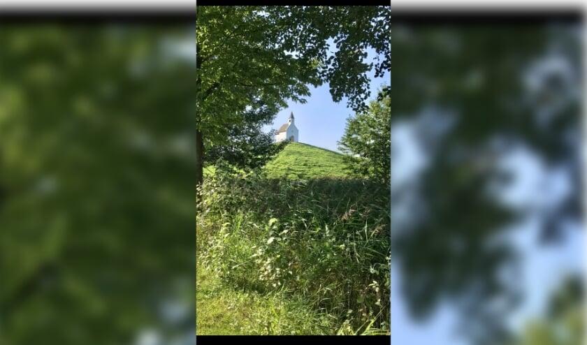 <p>Een mooie zomerse dag bij het Kerkje op de Terp van Leidschenveen. &nbsp;(Foto: Joke Wissink</p>