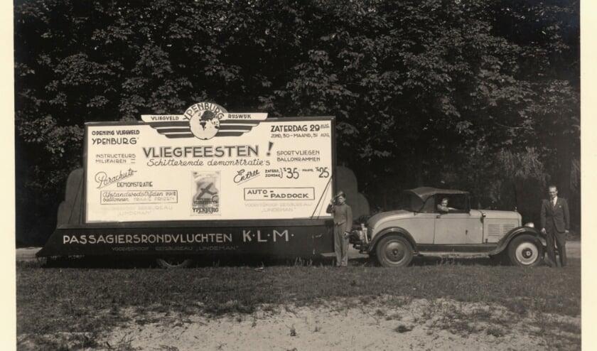 <p>Reclame voor vliegfeesten op Ypenburg op 29-30 en 31 augustus 1936. (Foto: collectie Reinders)&nbsp;</p>