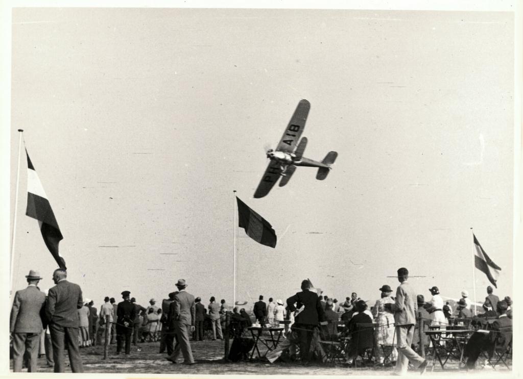 Demonstratievlucht door de NLS met de PH-AIB, gemaakt door Pander Meubelfabriek. (Foto: collectie Reinders)  © Telstar Uitgeverij B.V